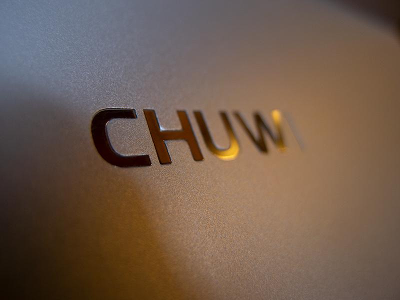 背面のCHUWIロゴ