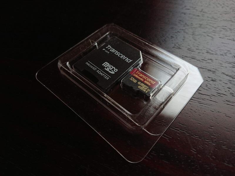 MicroSDカード本体とアダプタ